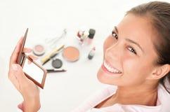Het zetten van make-up royalty-vrije stock afbeeldingen