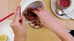 Het zetten van okkernoten over kaas in de mixer voor een gezonde en voedzame smoothie stock videobeelden
