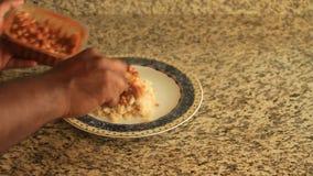 Het zetten van rijst en kerrie op een plaat stock videobeelden
