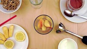 Het zetten van stukken van appel in de mixer voor een gezonde en voedzame smoothie stock video