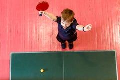 Het zeven-jaar-oude kind geniet van winnend pingpong stock fotografie