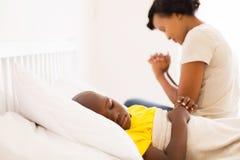 het zieke jongensmoeder bidden Royalty-vrije Stock Fotografie