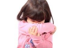 Het zieke kind niezen stock foto