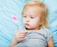 Het zieke meisje eet chocolade stock foto's