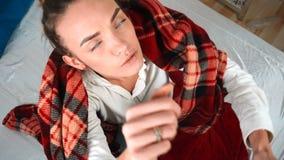 Het zieke meisje vergt lichaamstemperatuur met termomentrom in bed stock footage