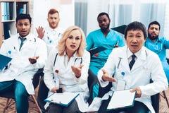 Het ziekenhuis Artsen` s Vergadering Het concept van de bespreking stock fotografie