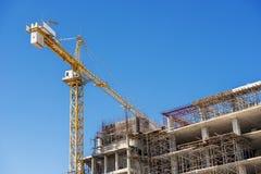 Het ziekenhuis de bouw in aanbouw met kranen tegen een blauwe hemel Royalty-vrije Stock Afbeeldingen