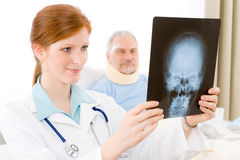 Het ziekenhuis - de vrouwelijke arts onderzoekt geduldige röntgenstraal Stock Foto