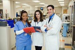 Het ziekenhuis: Medisch Team Standing In Emergency Room stock foto's