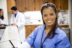 Het ziekenhuis: Mooie Verpleegster In Hospital Setting stock afbeeldingen