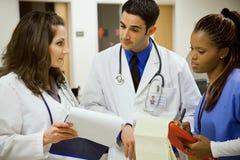 Het ziekenhuis: Multi-etnisch Medisch Team At Work stock foto's