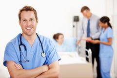 Het ziekenhuis: Vrolijke Verpleger in het Ziekenhuiszaal stock afbeeldingen