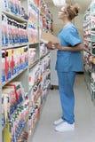 Het ziekenhuisoppasser in archieven stock afbeelding