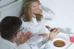 Het ziekenhuispatiënt die voedsel verwerpen stock afbeeldingen