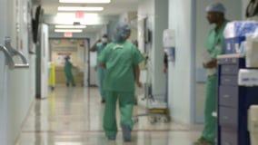 Het ziekenhuispersoneel die zich door gang bewegen (2 van 3) stock footage
