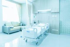 Het ziekenhuisruimte met bedden en comfortabele die medisch in mo worden uitgerust royalty-vrije stock afbeelding