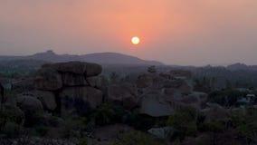 Het zien van de zonsondergang in India stock footage