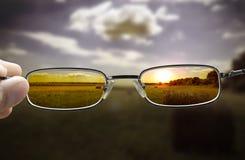 Het zien van zonsondergang door glazen royalty-vrije stock foto