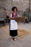 Het ziften - traditionele landbouwdemonstratie Royalty-vrije Stock Foto