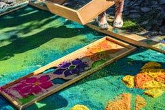 Het ziften van geverft zaagsel op Geleend tapijt, Antigua, Guatemala Royalty-vrije Stock Foto