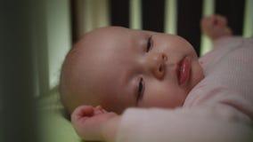 Het zijaanzicht van het awaking van pasgeboren baby dolly geschotene dichte omhooggaand royalty-vrije stock foto's