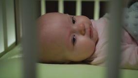 Het zijaanzicht van het awaking van pasgeboren baby dolly geschotene dichte omhooggaand stock foto's
