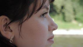 Het Zijaanzicht van Gezicht van Jonge Aantrekkelijke Kaukasische Vrouw onderzoekt met Rente stock video