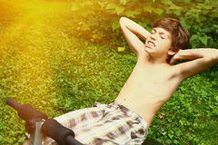 Het zijaanzicht van pasvorm preteen jongen het doen pilates stock foto's