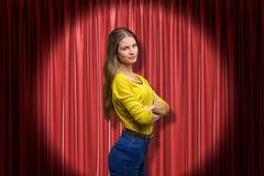 Het zijclose-up van jonge vrouw in gele die verbindingsdraad en jeans door zich met wapens bevinden vouwde en schijnwerper omhoog stock fotografie