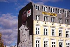 Het Zijhotel van het oosten in een deel van het Oosten van Berlijn stock afbeeldingen