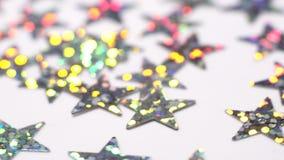 Het zilver glinstert sterren het roteren Abstracte glanzende achtergrond met bokeh Kerstmis of vakantiethema 4K stock footage