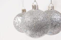 Het zilver schittert de Ornamenten van Kerstmis Stock Foto's
