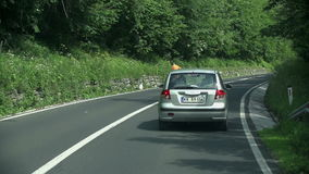 Het zilveren auto zorgvuldig drijven stock footage