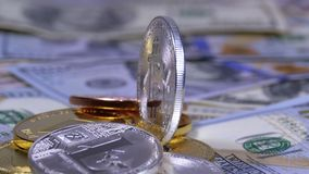 Het zilveren Bitcoin-Muntstuk, BTC en de Rekeningen van Dollars roteren stock footage
