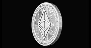 Het zilveren Ethereum-muntstuk spinnen in perfecte die lijn op zwarte achtergrond wordt geïsoleerd 4K video het 3d teruggeven stock video