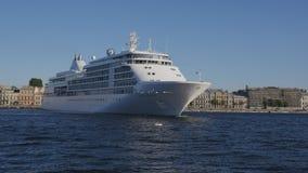 Het Zilveren Gefluister die van het cruiseschip zich in rivier Neva in St. Petersburg, Rusland omdraaien Geschoten op Canon 5D Ma stock videobeelden