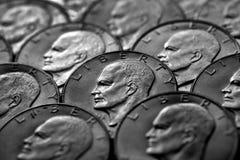 Het zilveren Geld van de Muntstukkenv.s. Monetair voor Rijkdom en Rijkdom royalty-vrije stock afbeeldingen
