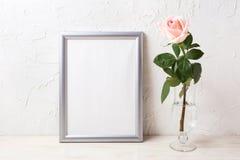 Het zilveren kadermodel met zachte roze nam in uitstekende vaas toe Royalty-vrije Stock Afbeelding
