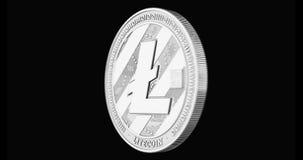 Het zilveren Litecoin-spinnen in perfecte die lijn op zwarte achtergrond wordt geïsoleerd 4K video het 3d teruggeven stock videobeelden