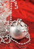Het zilveren ornament van Kerstmis van rode achtergrond Royalty-vrije Stock Afbeeldingen