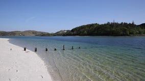 Het zilveren Zand van het mooie strand van Morar in Schotland ontruimt turkooise overzees op de kustlijn van Arisaig aan Morar-we stock videobeelden