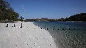 Het zilveren Zand van het mooie witte zandige strand van Morar in Schotland ontruimt turkooise overzees op de kustlijn van Arisai stock videobeelden