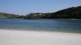 Het zilveren Zand van mooi wit het zandstrand van Morar in Schotland ontruimt turkooise overzees op de kustlijn van Arisaig aan M stock video