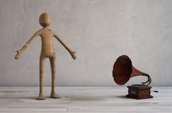 Het zingen en het luisteren muziek van een retro gestileerde grammofoon Royalty-vrije Stock Afbeelding