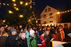Het zingen jonge geitjes op Duitse Kerstmismarkt Royalty-vrije Stock Foto's
