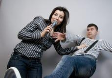 Het zingen Karaoke royalty-vrije stock afbeeldingen