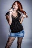Het zingen in Microfoon Stock Foto