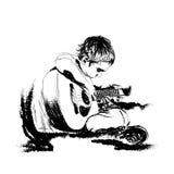 het zingen prestaties met akoestische gitaar de zwarte van de illustratieschets in wit stock illustratie