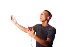 Het zingen terwijl het luisteren aan muziek stock afbeelding