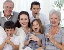 Het zingen van de familie karaoke thuis royalty-vrije stock afbeeldingen